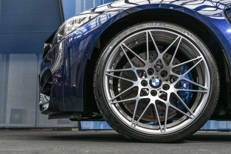 [新聞照片七] 全新BMW M3搭載Competition Package競技化套件之專屬20吋M款鍛造星輻式輪圈