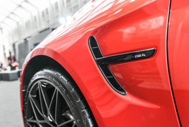 [新聞照片五] 全新BMW M4搭載Competition Package競技化套件之黑色高光澤車側鰓狀飾條