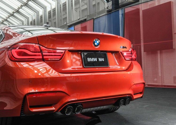[新聞照片六] 全新BMW M4搭載Competition Package競技化套件之黑色高光澤車尾銘牌、運動化排氣係統含黑色高光澤排氣尾管