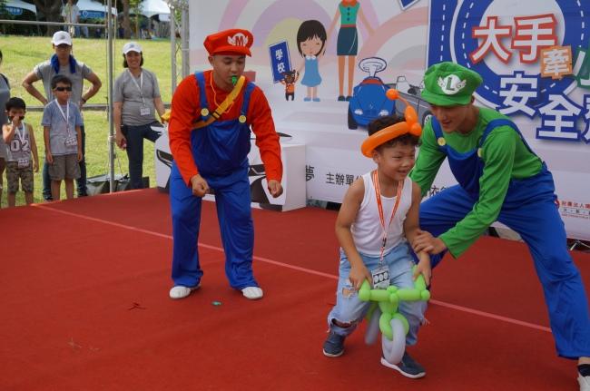 BMW 台北 依德 2017 兒童交通安全 體驗營 園遊會 活動 瑪莉兄弟 雜耍 表演 中和 永和 四號公園