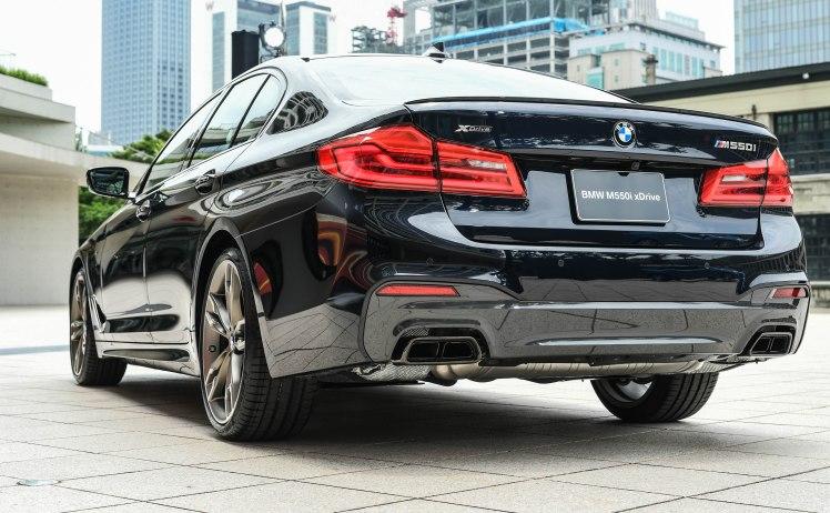 [新聞照片五] 全新BMW M550i xDrive搭載黑色高光澤材質的雙邊雙出矩形排氣尾管