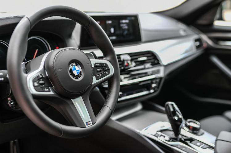 [新聞照片六] 全新BMW M550i xDrive搭載M款真皮多功能方向盤