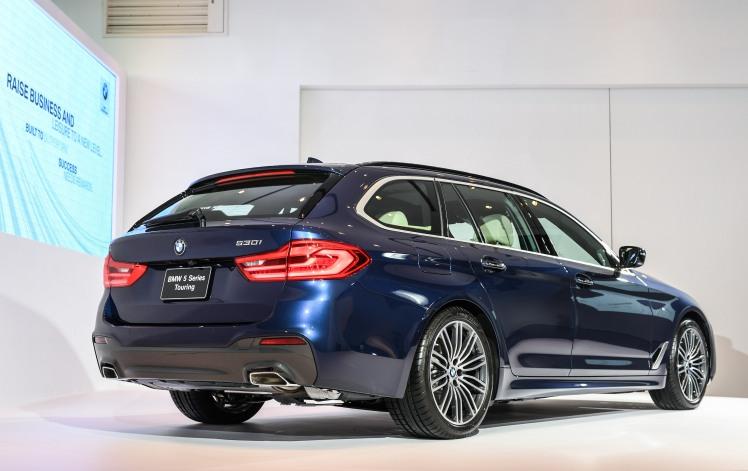 [新聞照片三] BMW 530i Touring M Sport標準配備全新雙邊矩形排氣尾管
