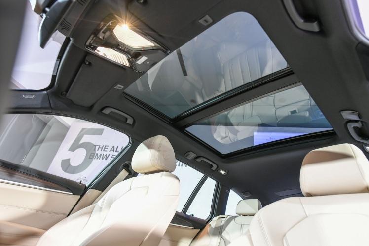 [新聞照片六] BMW 530i Touring M Sport的標準配備全景式電動玻璃天窗