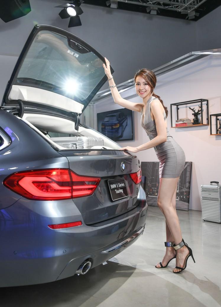 [新聞照片四]延續BMW大五係列Touring經典的獨立開啟式後檔玻璃設計